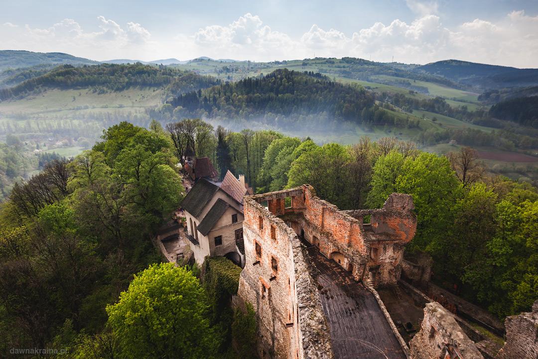 Zamek Grodno z wieży. Widok na dolne części zamku.