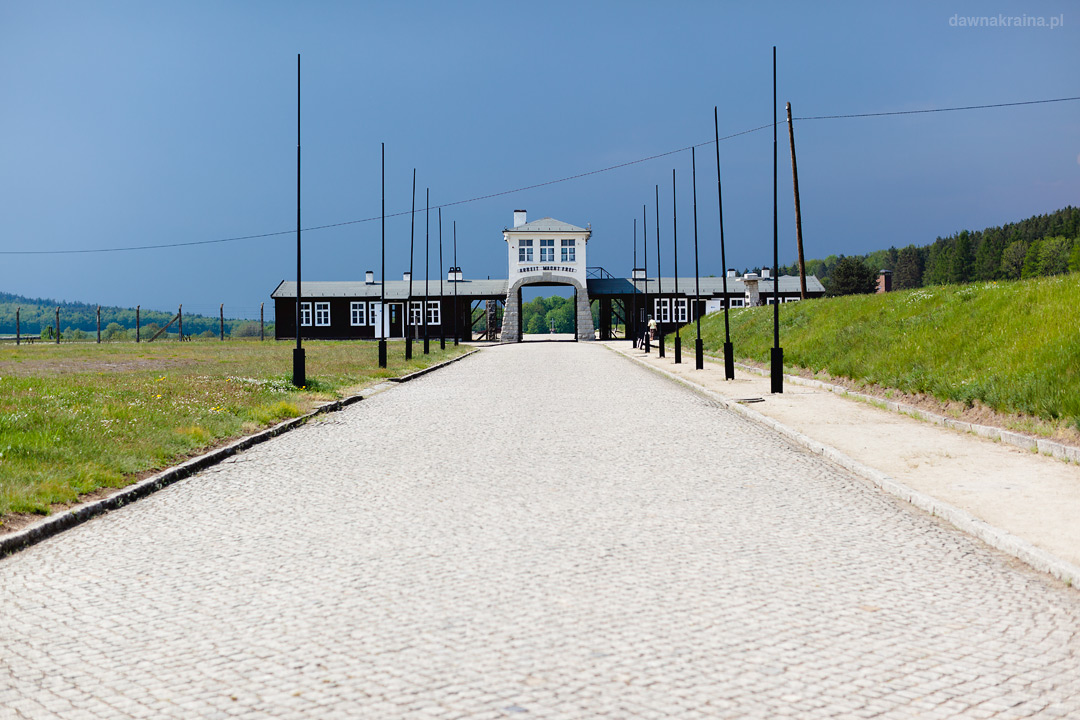 Głowna brama i droga prowadząca do obozu Gross-Rosen