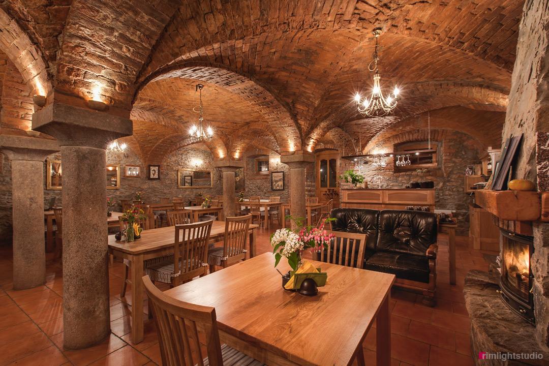 Sala kominkowa i miejsce gdzie znajduje się restauracja. Pensjonat i restauracja slow food Villa Greta