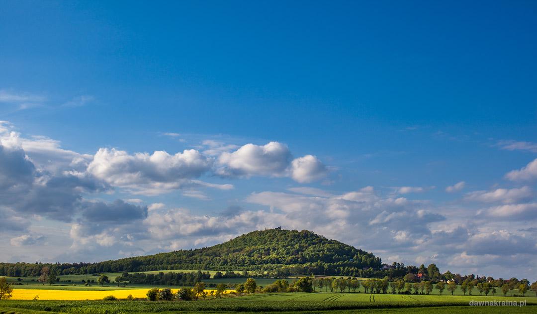 Zamek Grodziec na szczycie wzgórza we wsi Zagrodno.