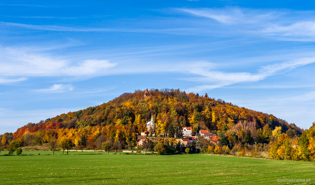 Wzgórze Grodziec z zamkiem na szczycie jesienią. Zagrodno.