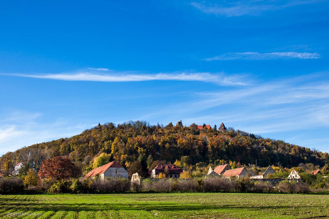 Zamek Grodziec na wzniesieniu podczas jesieni.