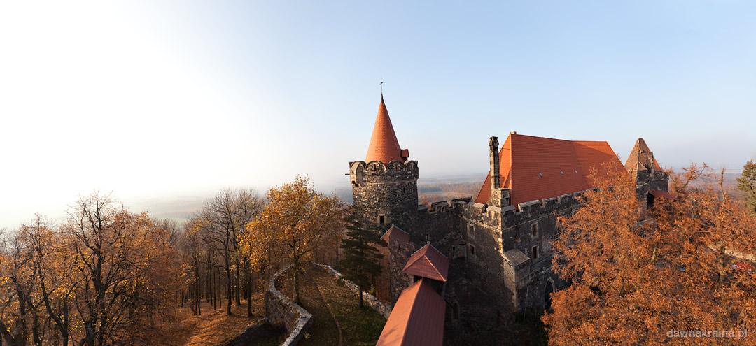 Widok z donżonu na zamek Grodziec. Jesienna wizyta na zamku Grodziec.
