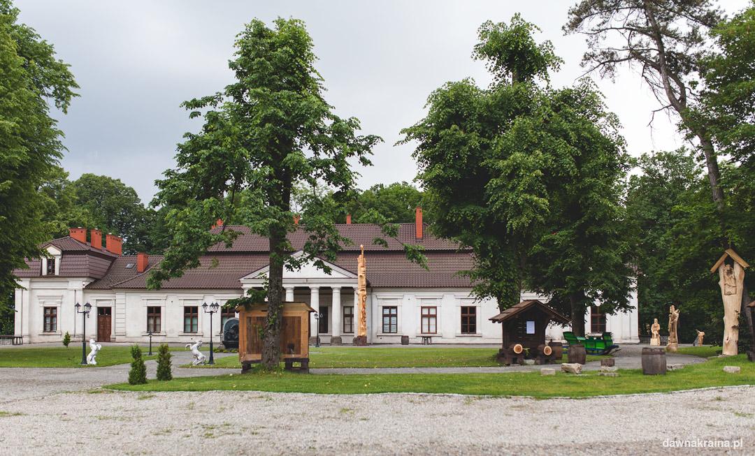 Budynek dworku w Gościńcu Dworskim w Ropie