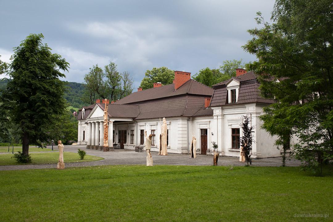 Budynek dworu w w Gościńcu Dworskim w Ropie