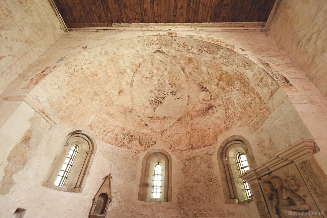 Apsyda i prezbiterium. Romański Kościół św. Jana i Katarzyny w Świerzawie