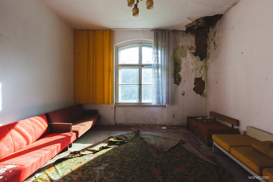 Zniszczone wnętrza w Pałacu Targoszyn