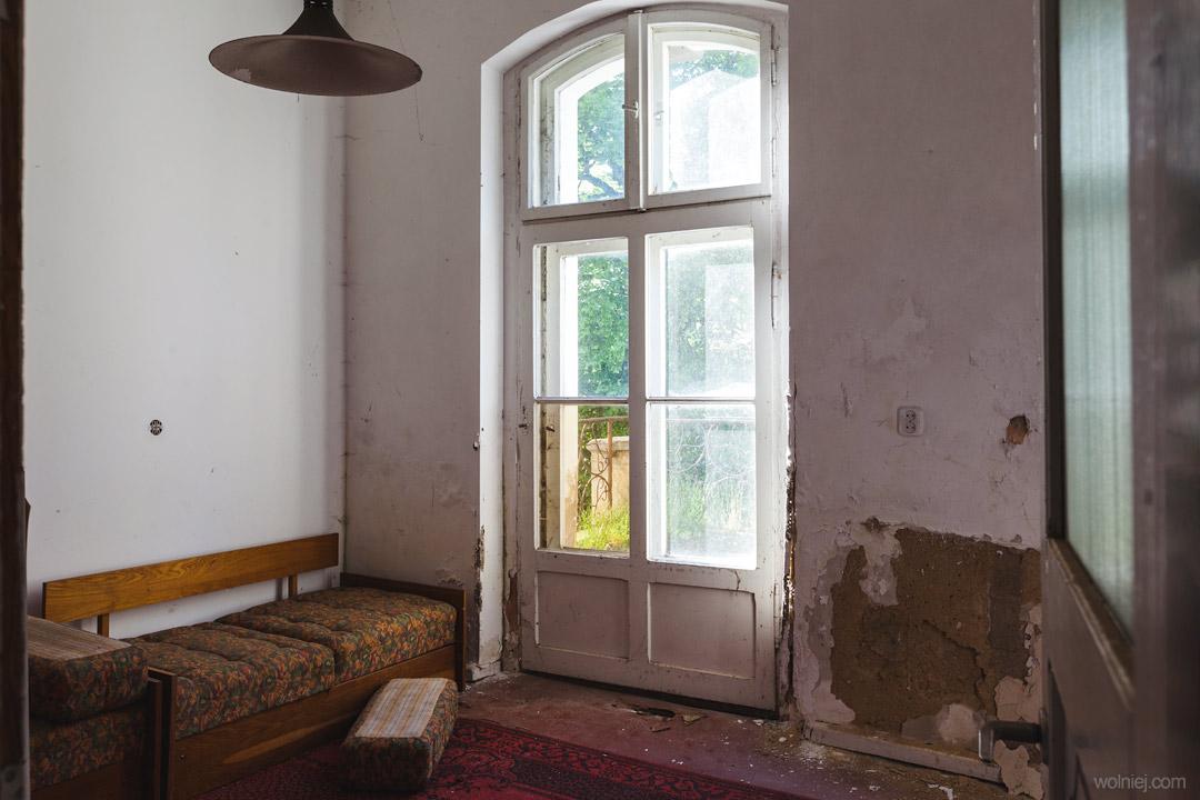 Okna Pałacu Targoszyn oraz zniszczone wnętrza