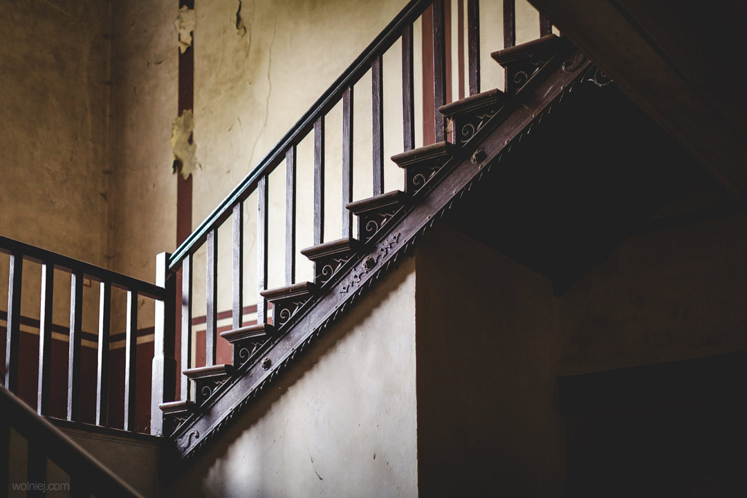 Klatka schodowa w Pałacu targoszyn i detale wykończeniowe