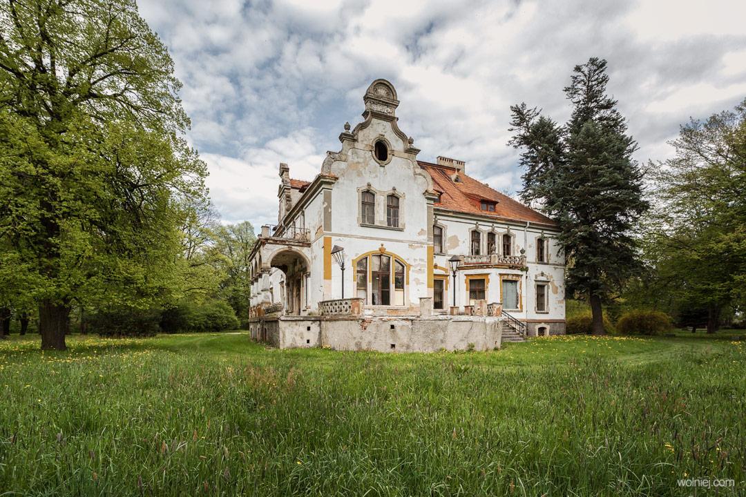Widok na boczne fasady Pałacu Targoszyn