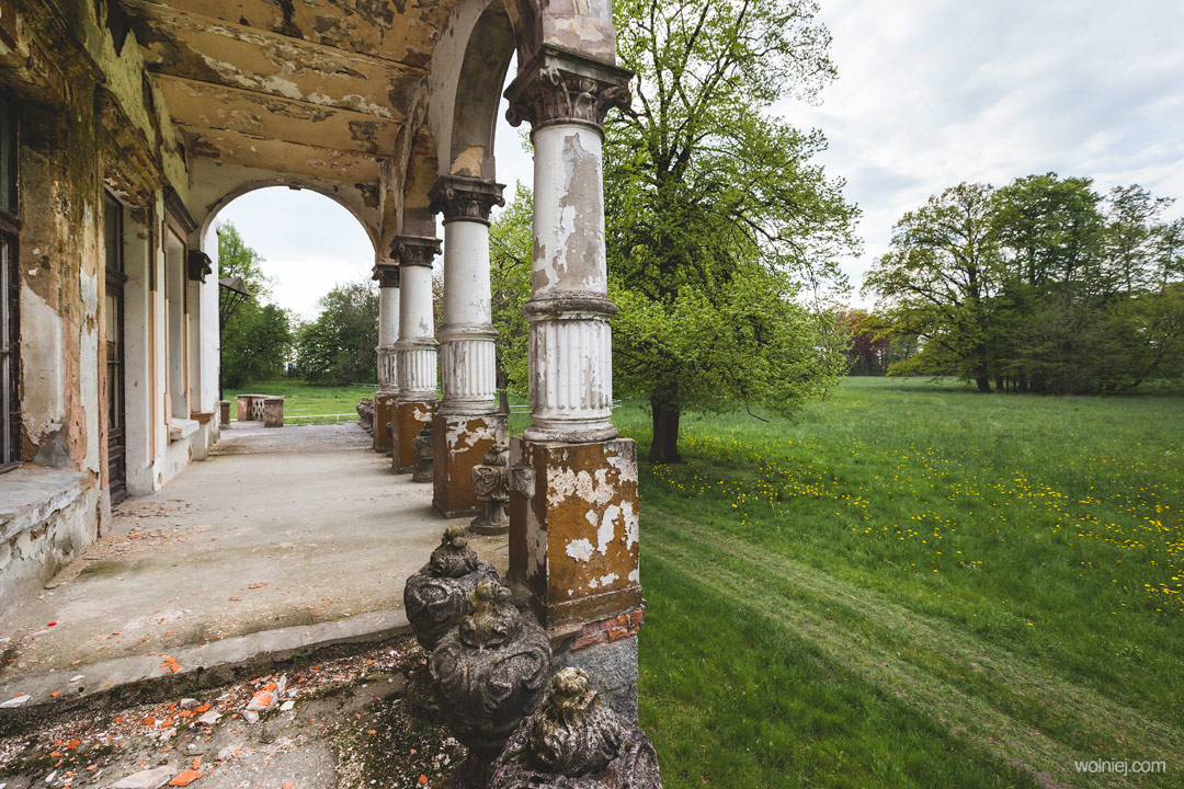Ogrody Pałacu Targoszyn i częśćfasady z kolumnami