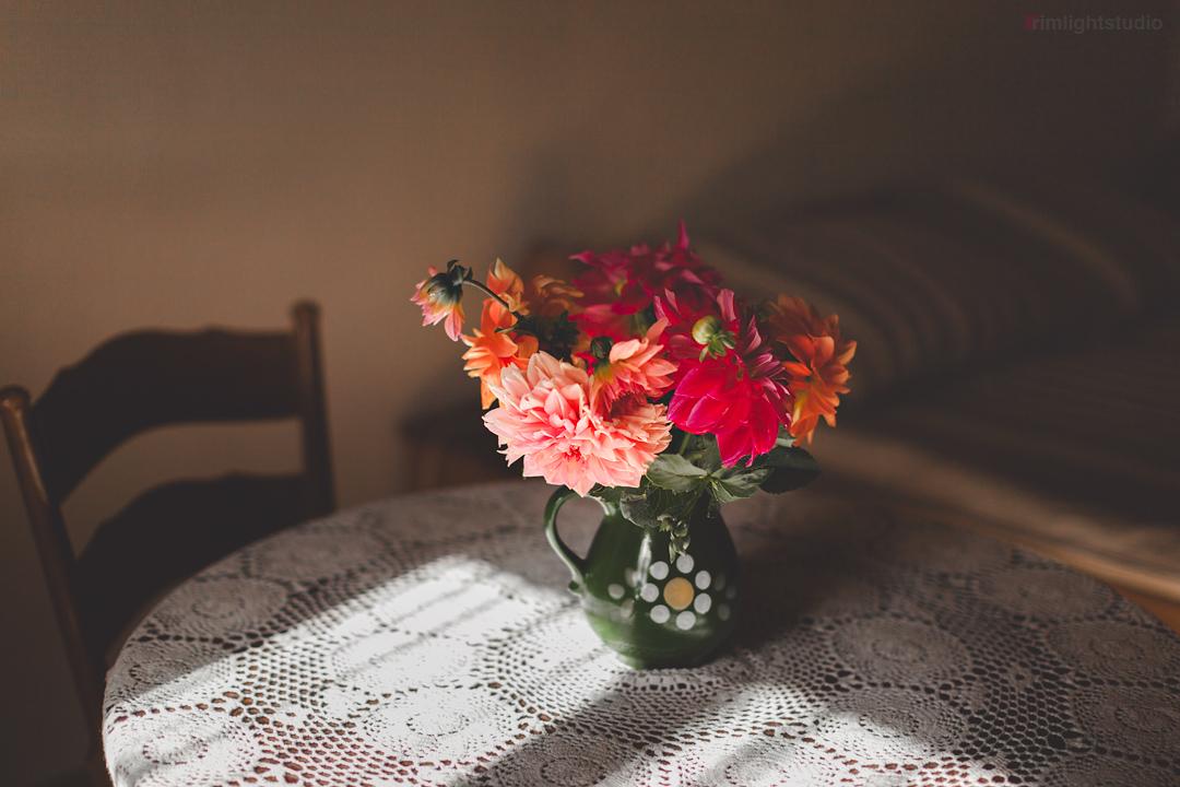 Kwiaty na stole w jednym z pokoi w Agrohippika