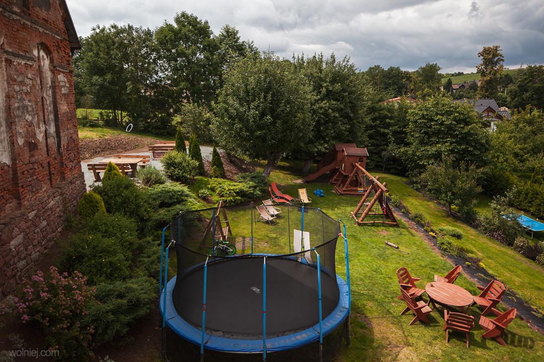 Widok na plac zabaw za domem. Kowalowe Wzgórze - agroturystyka dla rodzin z dziećmi