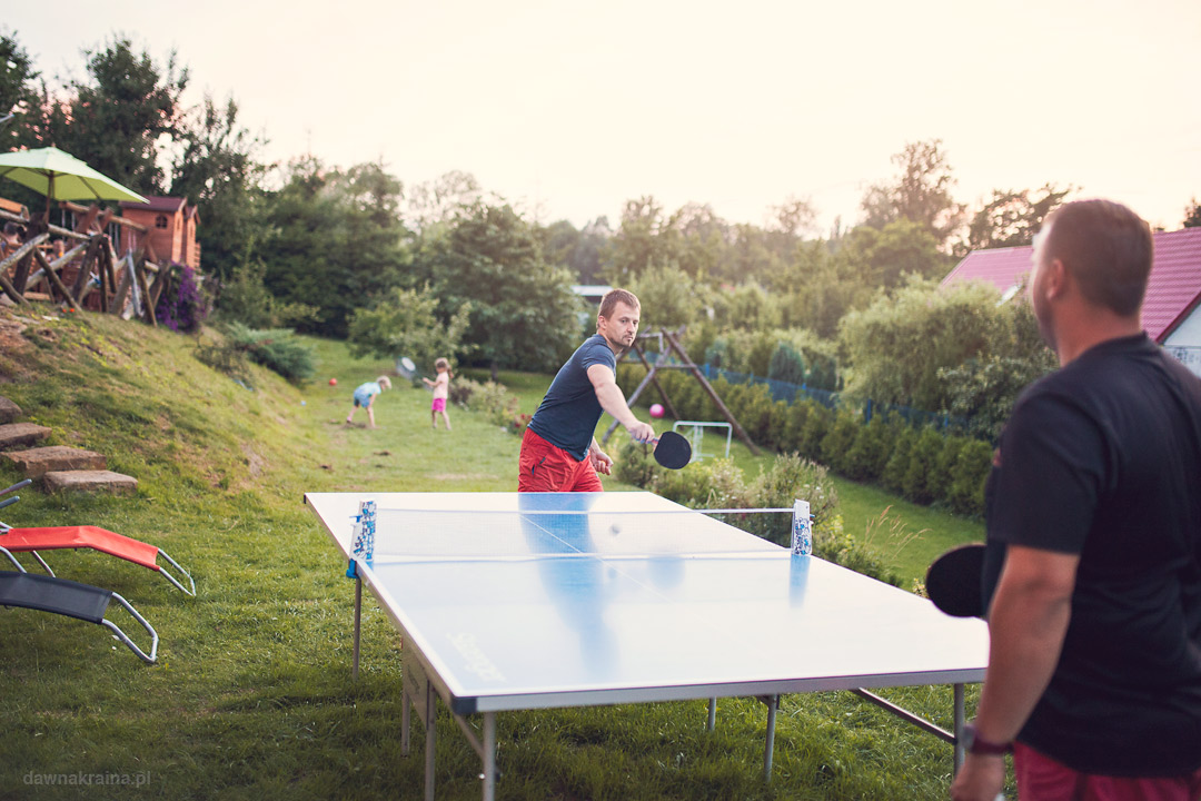 Stół do pingponga. Kowalowe Wzgórze - agroturystyka dla rodzin z dziećmi
