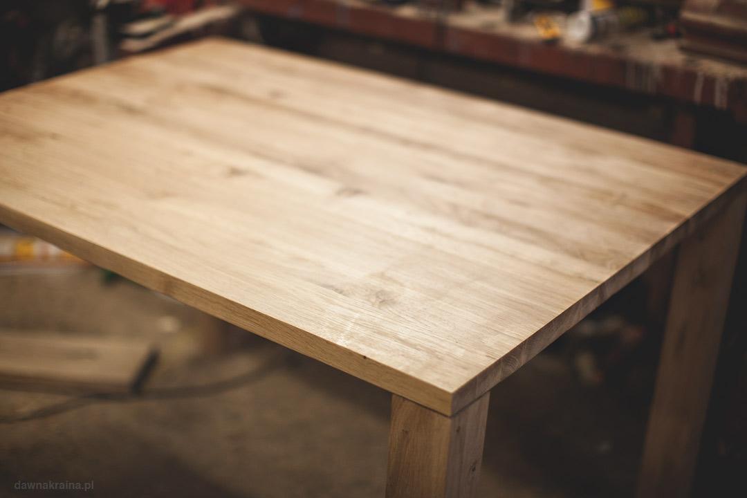 Stół dębowy. Kowalowe Wzgórze - agroturystyka dla rodzin z dziećmi