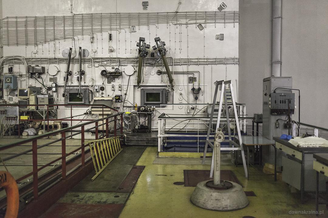 komora do pracy przy materiałach promieniotwórczych w reaktorze Maria