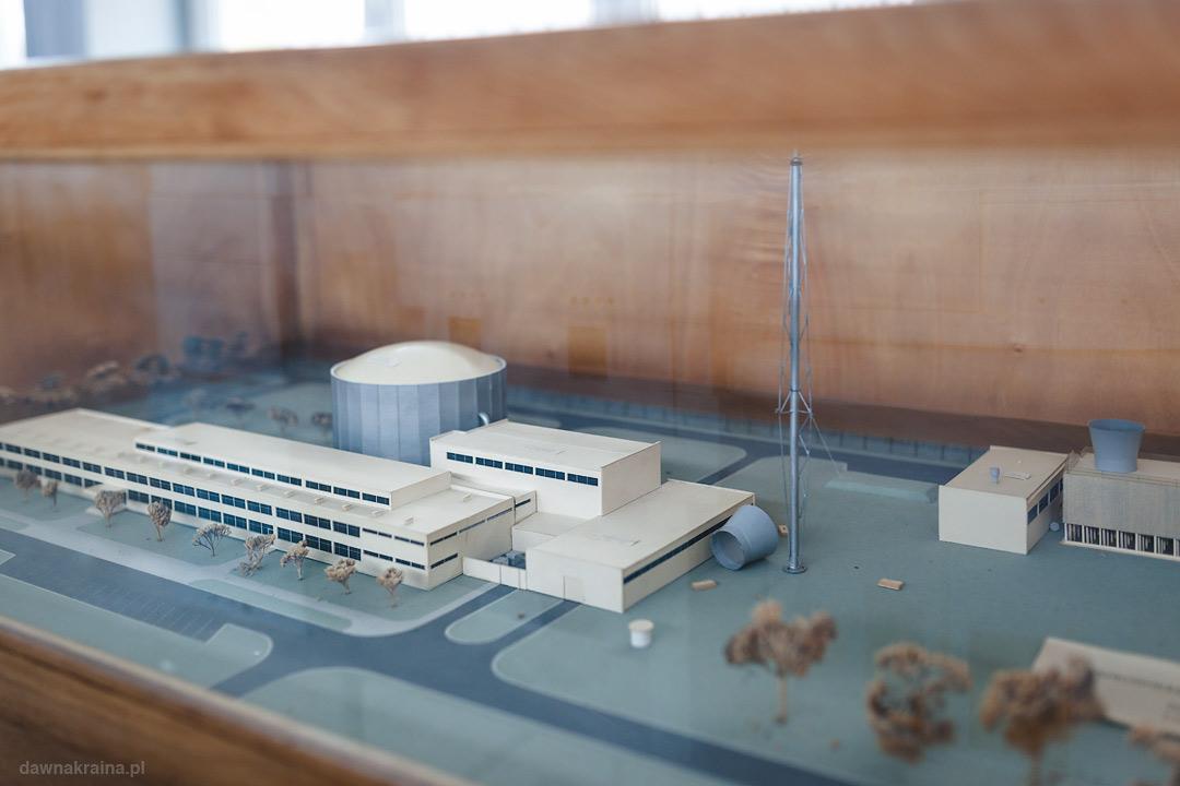makieta bloku reaktora i budynków Narodowego Centrum Badań Jądrowych w Świerku