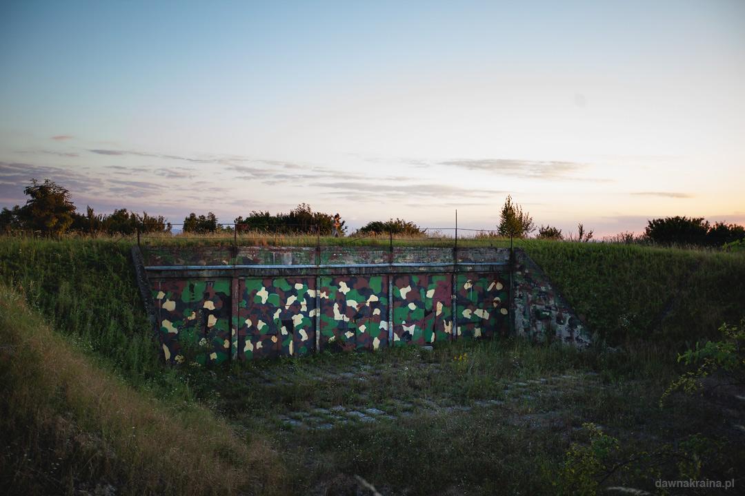 Bunkry na szczycie wzniesienia w Miłkowej. Tu znajdowała się baza radiolokacyjna wojsk lotniczych RP