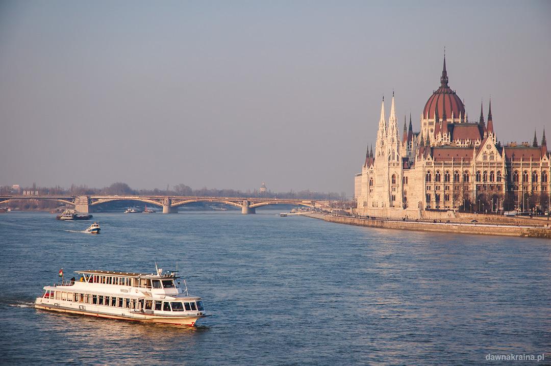 widok na budynek Parlamentu w Budapeszcie