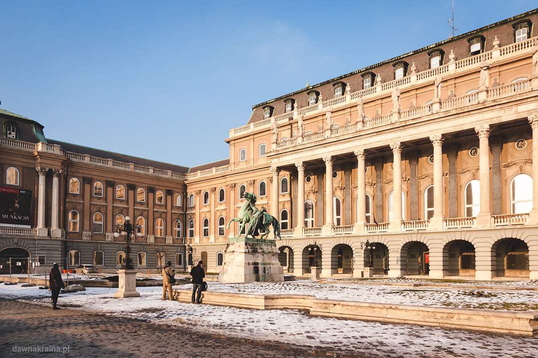 Zachodni plac Parlamentu z pomnikiem Csikosa