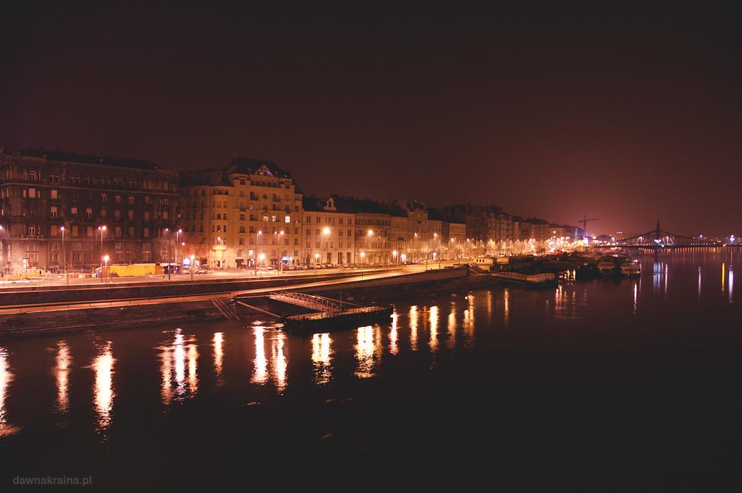 Budapeszt i widok na Dunaj późnym wieczorem.