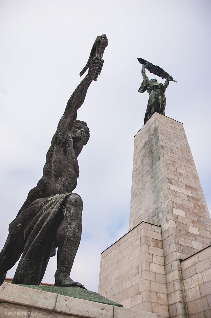 Pomnik Wolkości na Górze Gallerta z bliska