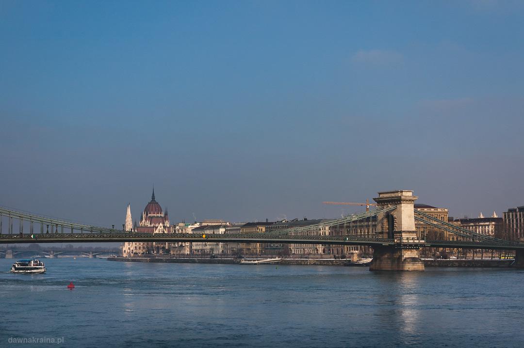 widok na Parlament i most z drugiej strony Dunaju w Budapeszcie