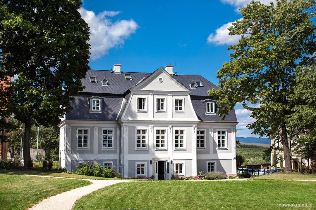 Pałac Kamieniec położony jest na końcu wsi Kamieniec w centrum Kotliny Kłodzkiej na Dolnym Śląsku