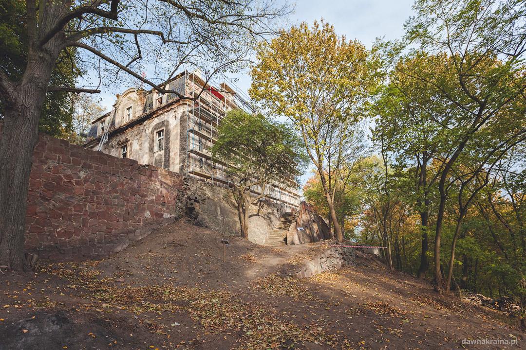 Widok na palac z pobliskich ogrodów. Pałac w Piszkowicach.