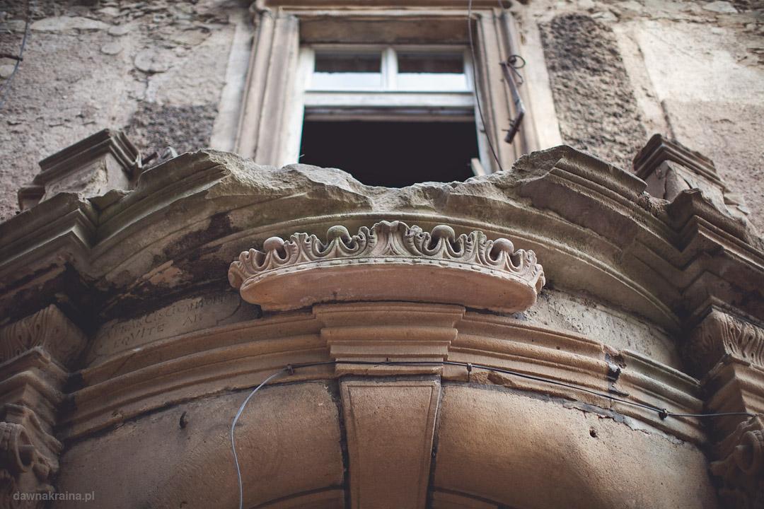 Portal nad wejściem do pałacu Piszkowice.