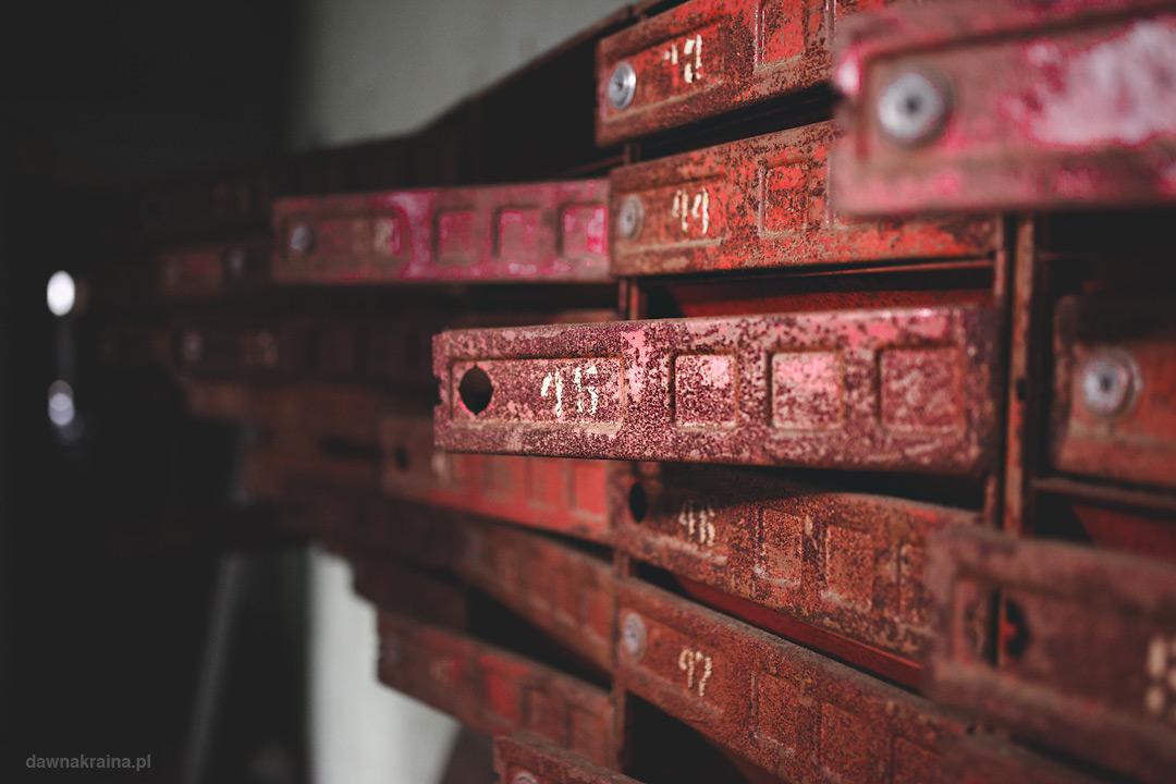 Skrzynki na listy w jednym z szesnastopiętrowych bloków w Prypeci