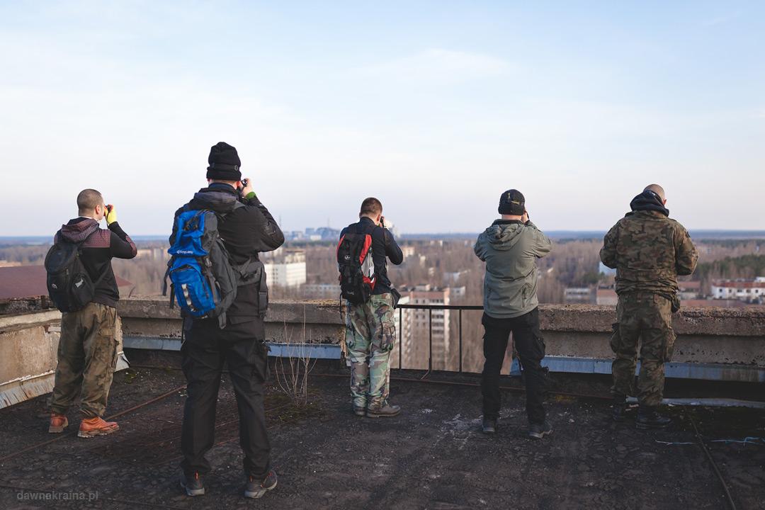 Na dachu szesnastopiętrowca w Prypeci z widokiem na miasto i elektrownię