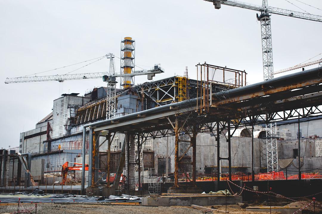 widok na czwarty blok i sarkofag elektrowni w Czarnobylu