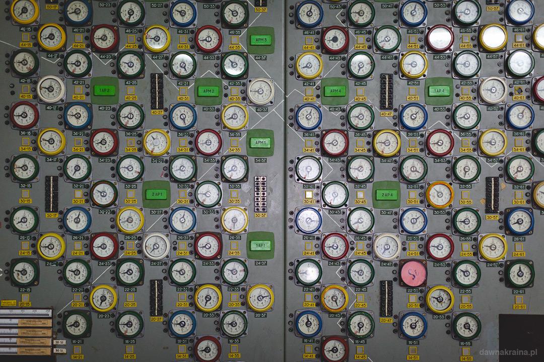 tablice kontrolujące pracę reaktora.
