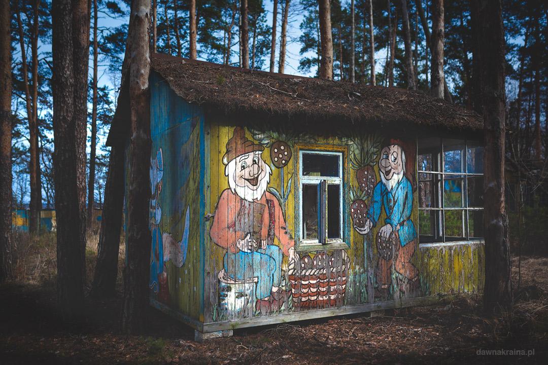 Kolorowe domki w obozie dla dzieci Szmaragd niedaleko Prypeci
