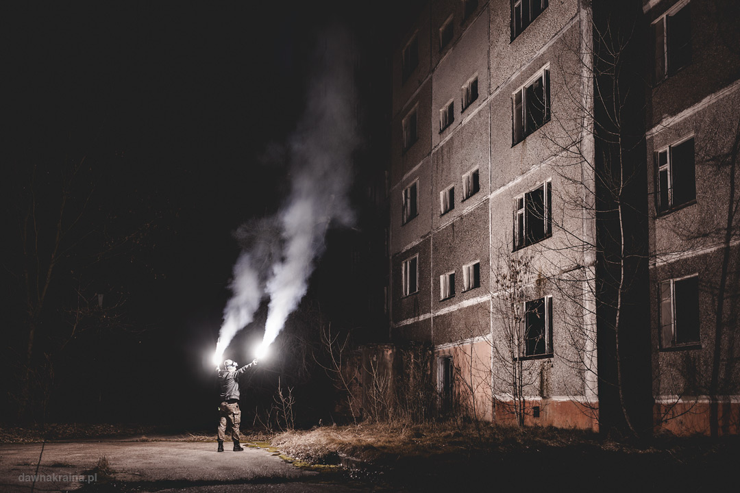 Nocna eksploracja Prypeci. Flary przed blokiem w Prypeci.