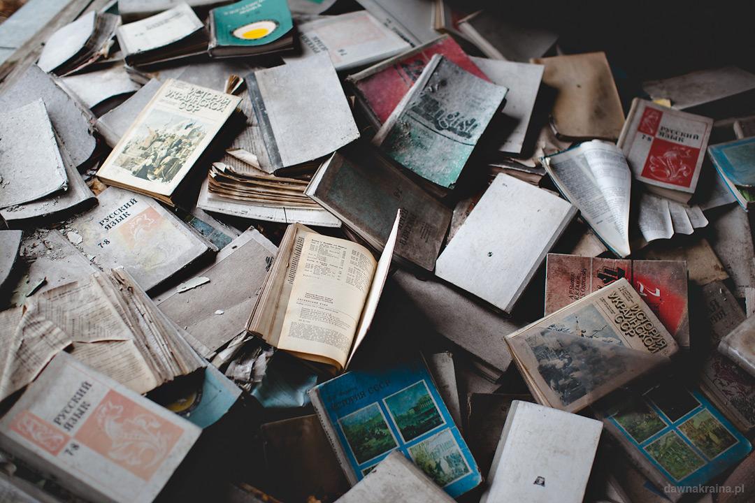 stosy książek w jednym z pomieszczeń w szkole podstawowej nr 2 w Prypeci.