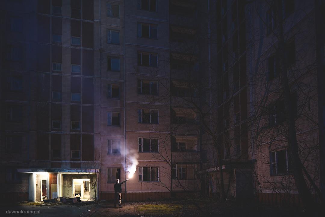 Odpalenie flar przed jednym z wieżowców w Prypeci