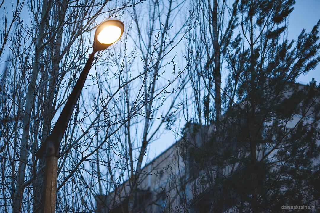 Działająca latarnia w Prypeci przed szkołą średnią nr 5.