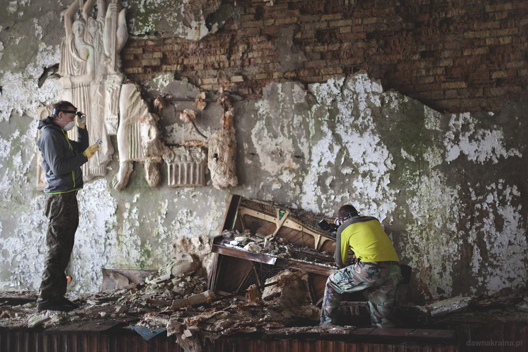 zniszczone pianino w jednym z pomieszczeń w Prypeci