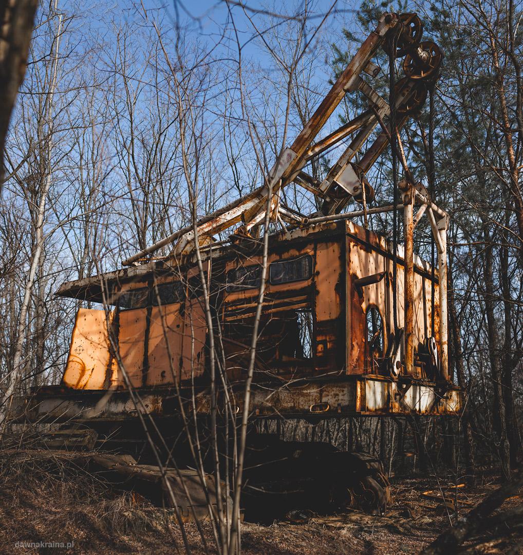 Szczątki wielkiej koparki w pobliżu wieży chłodniczych w Czarnobylu.