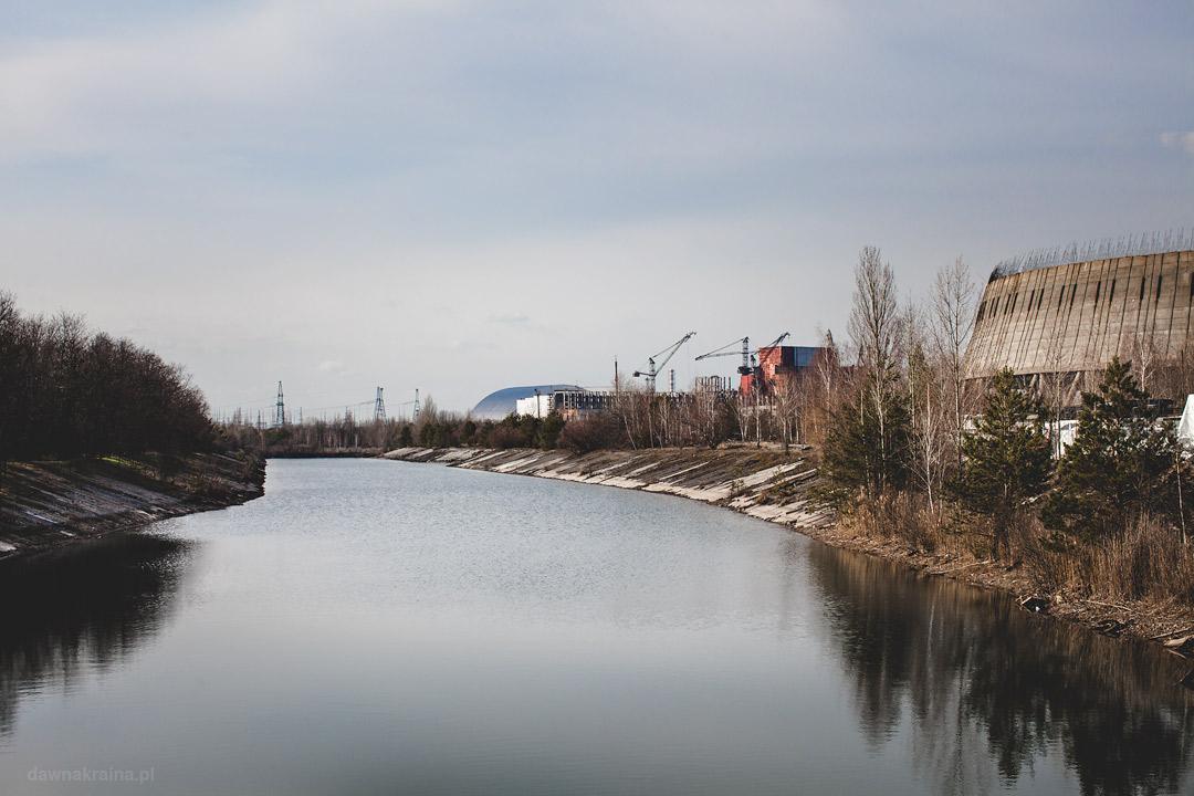 Widok na elektrownię i wieże chłodnicze w Czarnobylu.