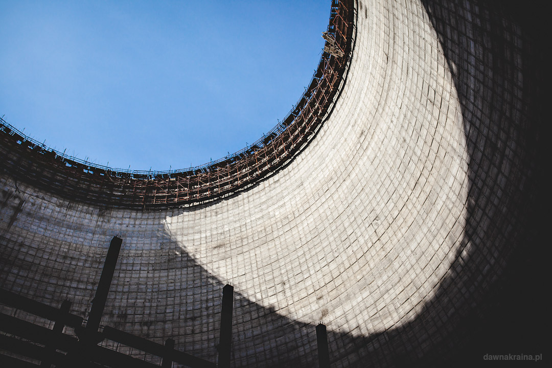 Wnętrze wieży chłodniczej bloku 5 i 6 w elektrowni w Czarnobylu