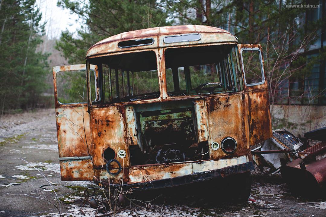 Stare autobusy przed jedną z hal na terenie zakładów Jupiter.