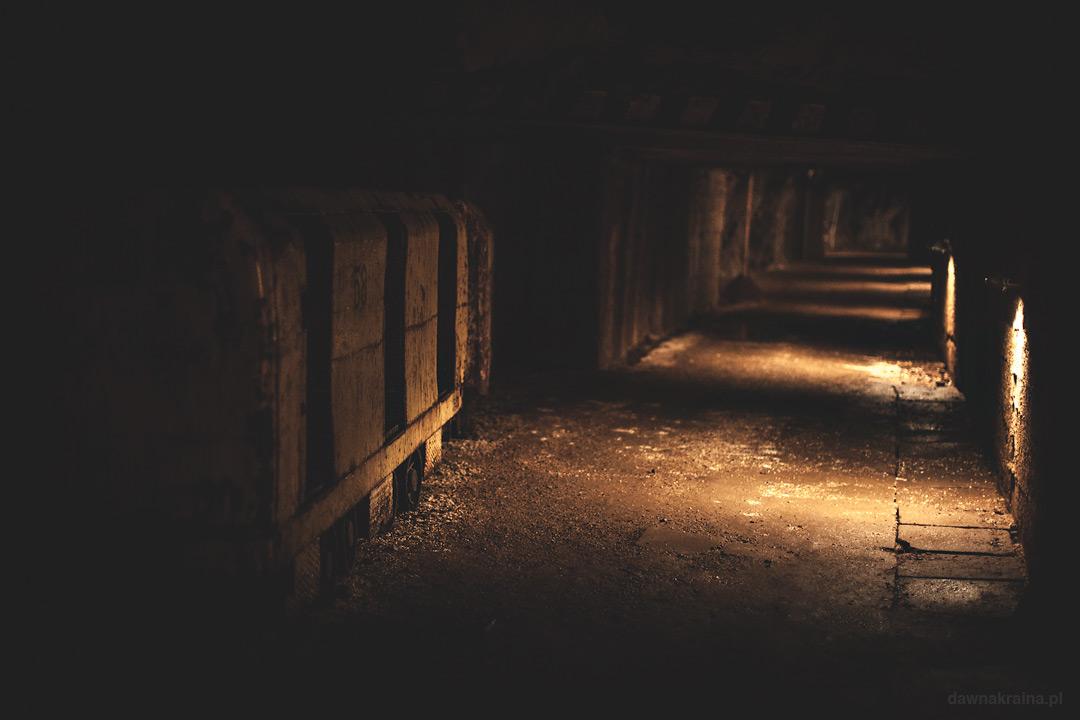 Wagoniki transportowe i podziemna kolej. Kopalnia uranu w Kowarach.