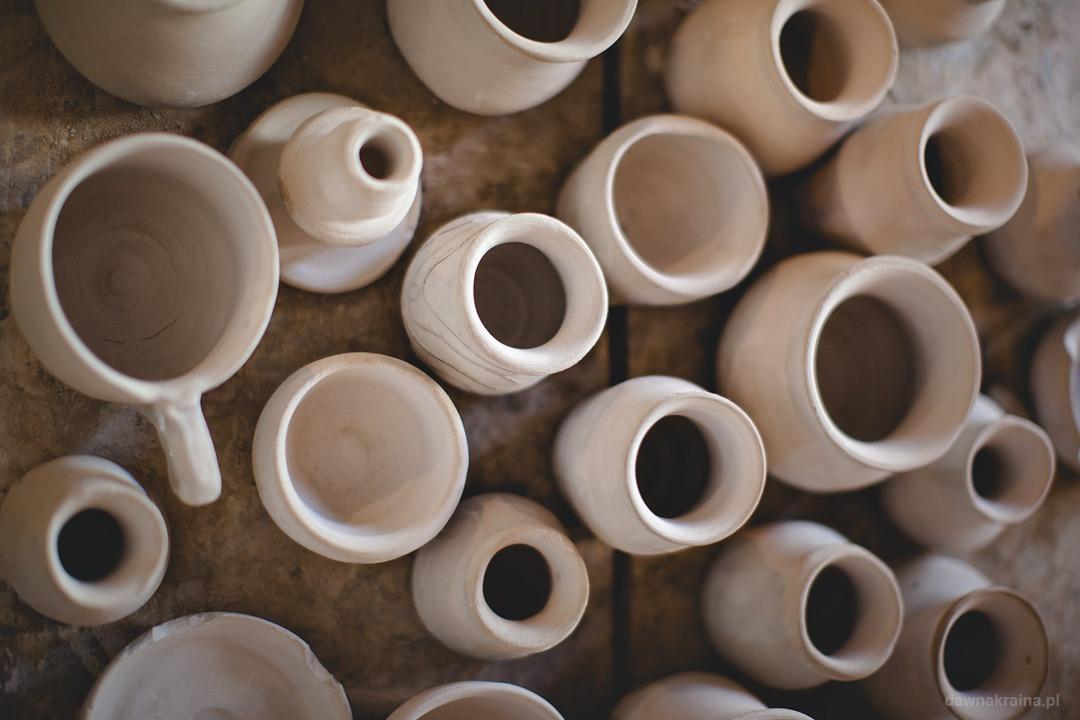 Gliniane garnki w warsztacie ceramicznym. Miasteczko Galicyjskie w Nowym Sączu
