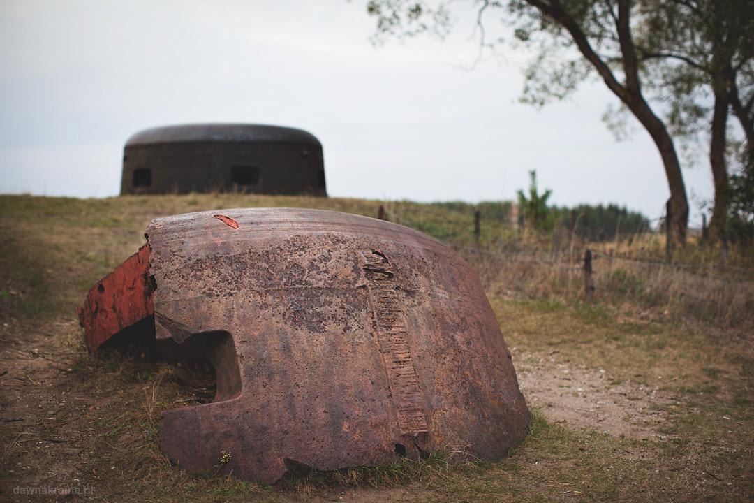 Kopuła na szczycie wzgórza. Skansen Fortyfikacji Prus Wschodnich w Bakałarzewie