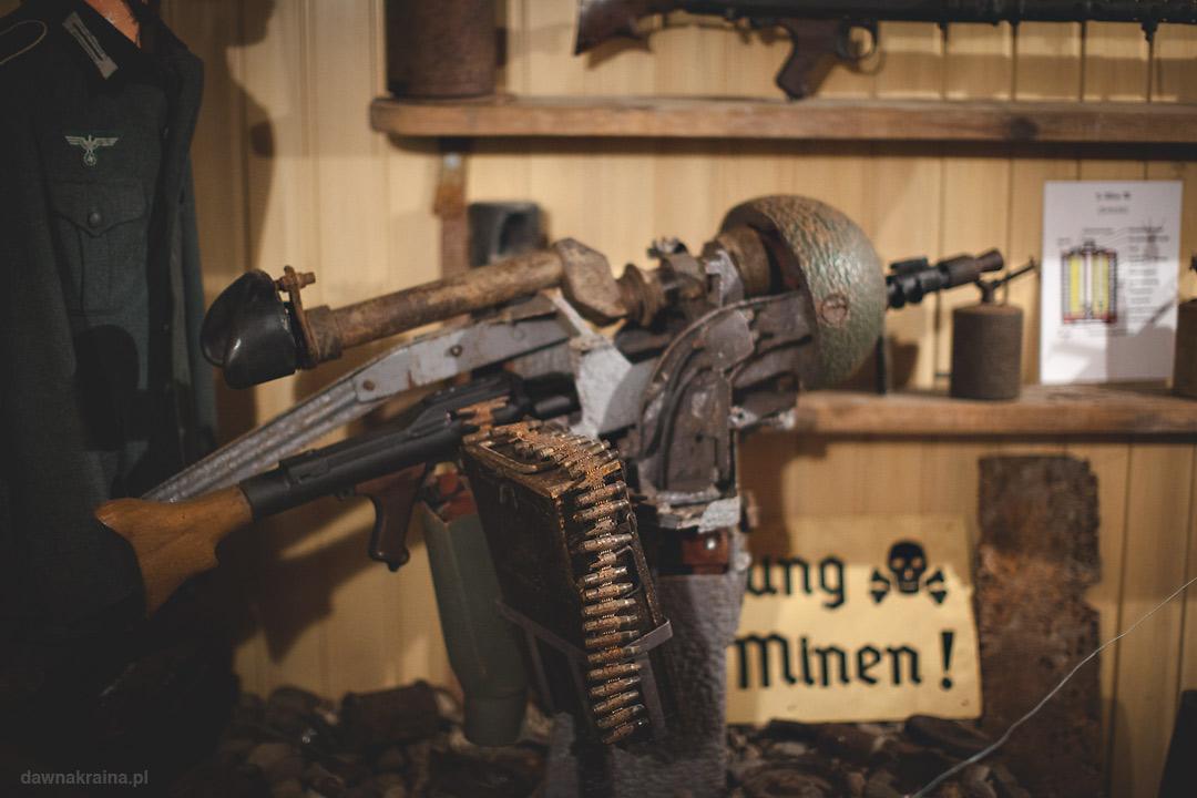 Jeden z karabinów maszynowych znajdujących się kiedyś w kopule. Kopuła na szczycie wzgórza. Skansen Fortyfikacji Prus Wschodnich w Bakałarzewie