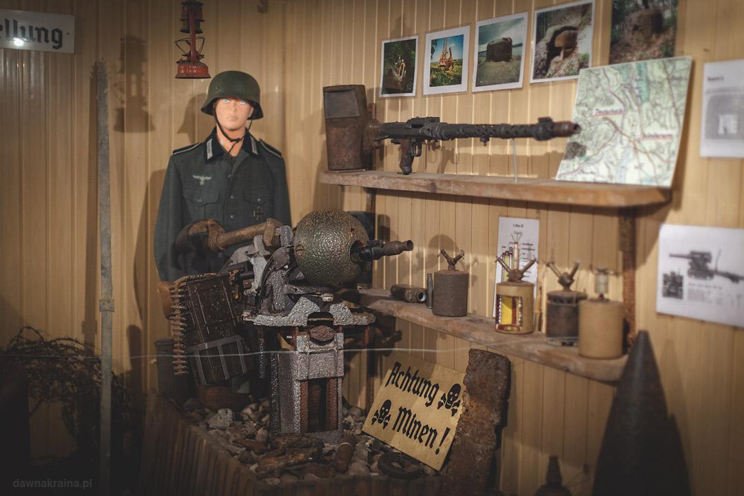 Wewnątrz mini muzeum. Skansen Fortyfikacji Prus Wschodnich w Bakałarzewie