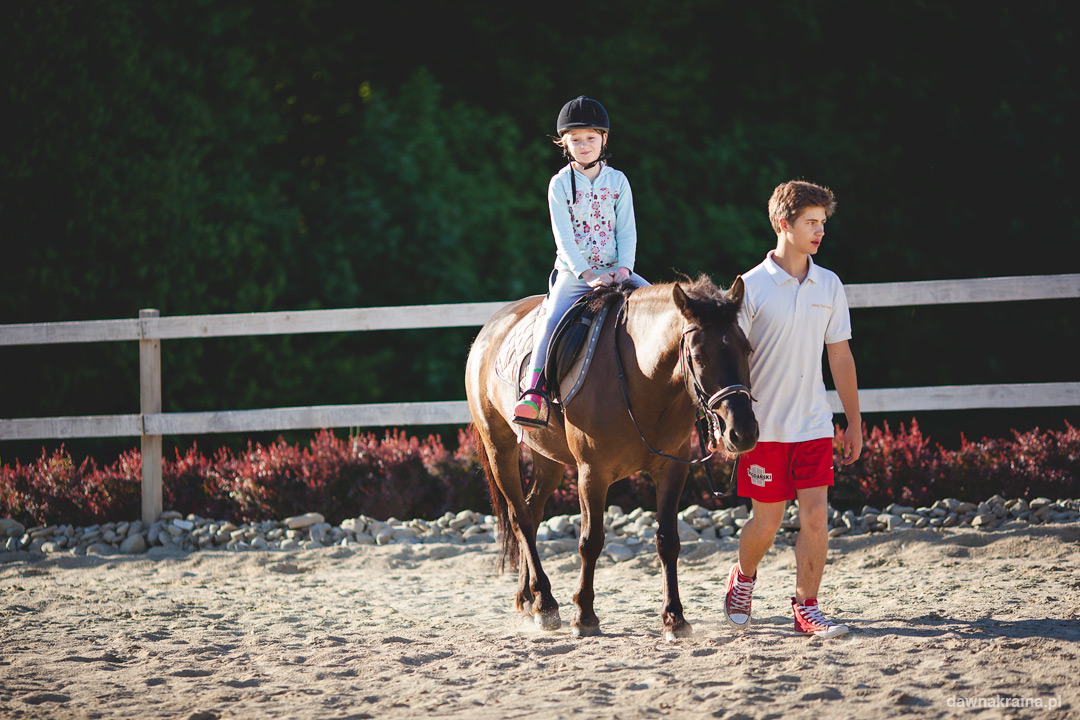 Jazda na koniach podczas pleneru fotograficznego i kursu fotografii dla dzieci.